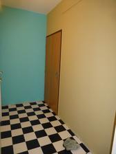tyrkysova stena - tam pojde obrovske zrkadlo a vpravo bezova, a aj ta stena s bielymi dverami by mala ist na bezovu.....