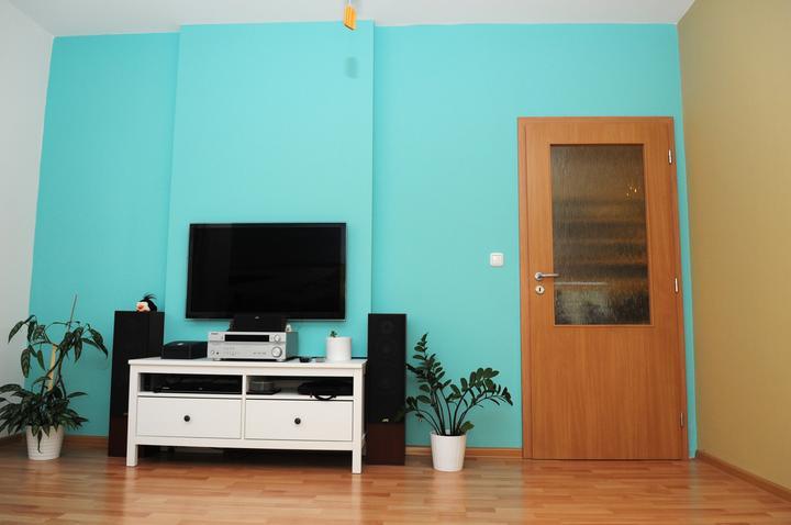 Nabytok postupne pribudne aj pri TV.... zatial len tento jeden. TV je vsadena v stene.
