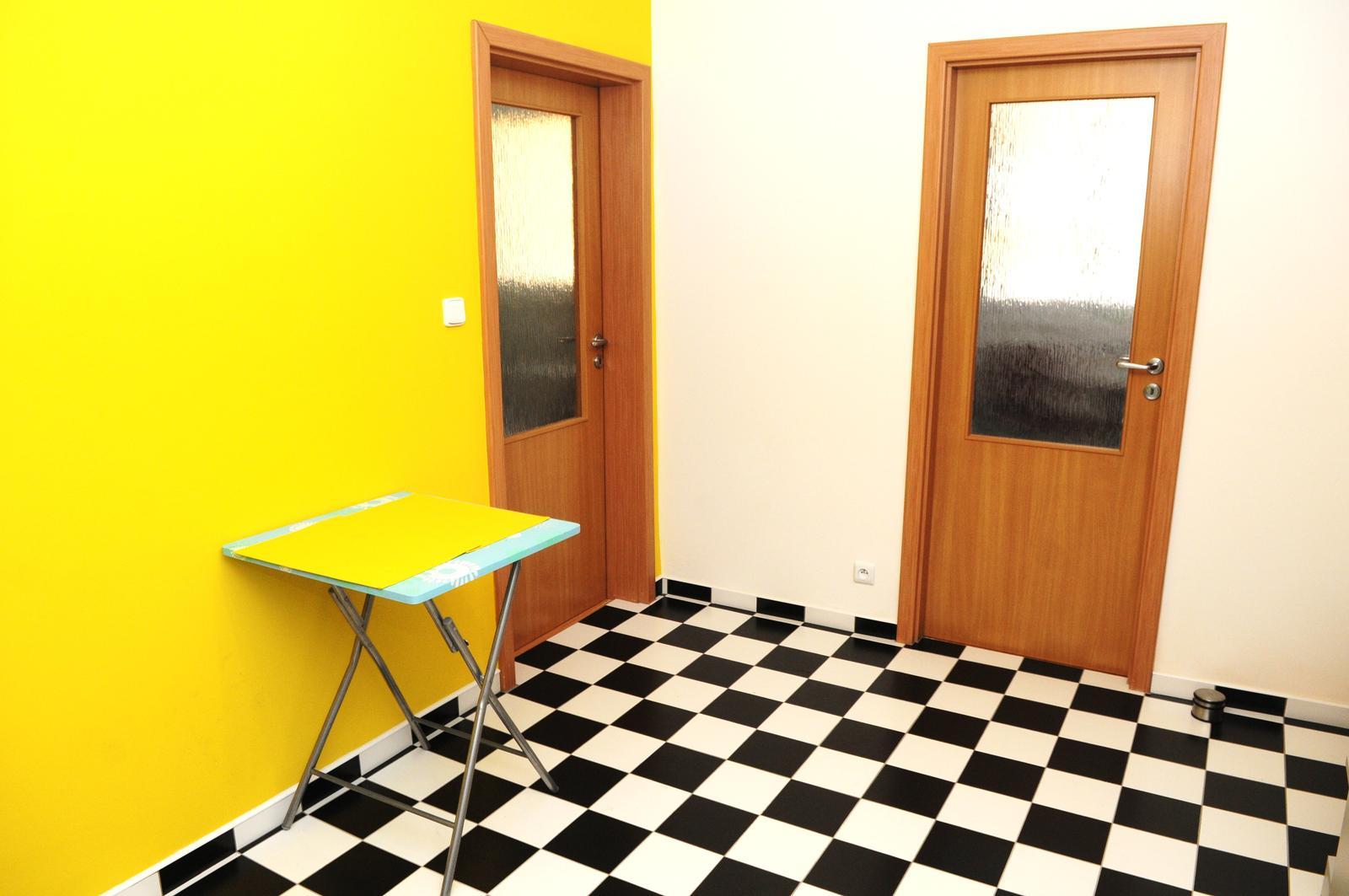 Kuchyňa bude - aktívna zóna, farebná odvážna.... - stolik zatial len docasny :-)