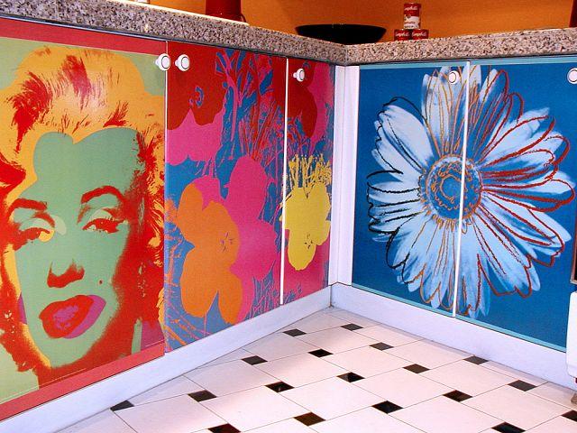 Polepené, ošúchané, nedokonále.... ale s DUŠOU - dosť bolo chladným moderným dokonalým nábytkom bez duše! - Taaak toto je poriadny ulet! Ale Andy Warhola mam straaasne rada, takze si nejake jeho prace viem predstavit v kuchyni.... :-) ale v mensich formatoch :-)