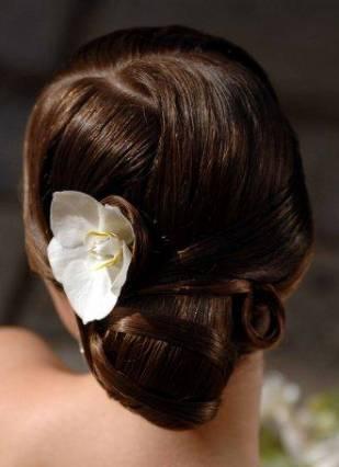 Vanilkovo-cokoladova svadba - tiez pekne... len trosku ulizanejsie... ja chcem hore aby boli vlasy nad celom potom take volnejsie a objemnejsie... taky romanticky styl trocha...