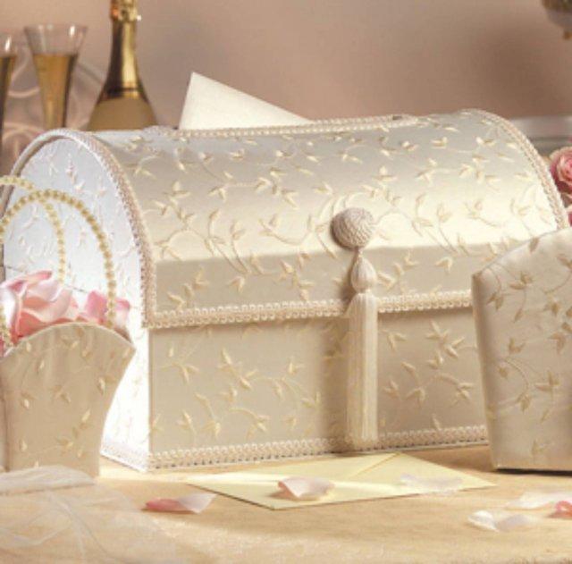 Vanilkovo-cokoladova svadba - gratulacno-penazna skrinka, takuto si vyrobim sama. Co sa tyka darov, my prijimame len financne dary v obalkach. Tak som to videla aj v zahranici a tak to bude zavedene aj u nas. Ziadne mikrovlnky a konvice zo svadby vlacit nebudem... Naco? Kupime si