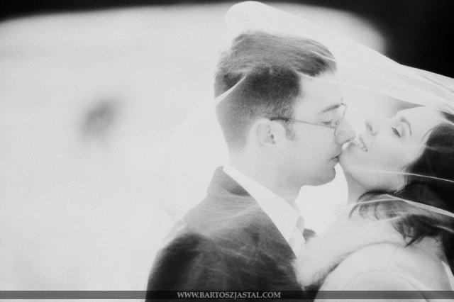 Vanilkovo-cokoladova svadba - Fakt brutalny polsky fotograf, jeho web stoji za prezretie, fotky ma dokonale, maju dusu, hlbku, kompoziciu... velmi velmi dlho som take fotky nevidela a pri prezerani som skoro stratila dych... kazda jedna je skvela....:bartoszjastal Cenovo si tohot