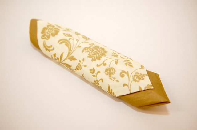 Vanilkovo-cokoladova svadba - a budu sa kombinovat so zlatym servitkom... neviem este aky tvar to bude mat...