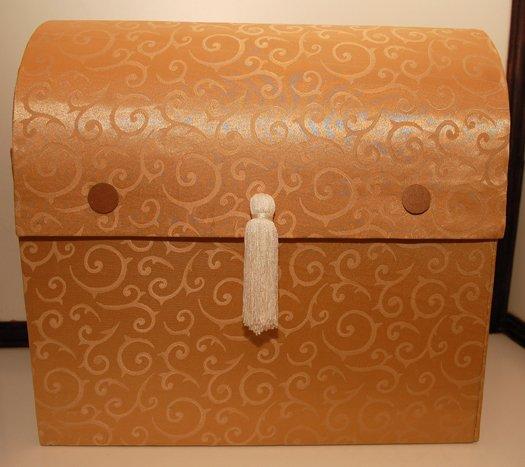 Co uz mame... - zlata ornamentálna gratulacna skrinka - je na predaj - cena: 50 Eur  Rozmery: ŠxVxH: 45x40x25cm.