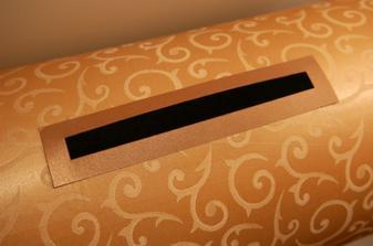 detail na otvor pre obálky