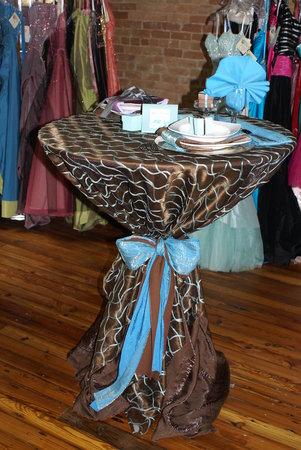Co uz mame... - takto uviazane stoly by mohli byt pri prichode hosti - kde by bolo obcerstvenie... Ale trochu ina farebnost...