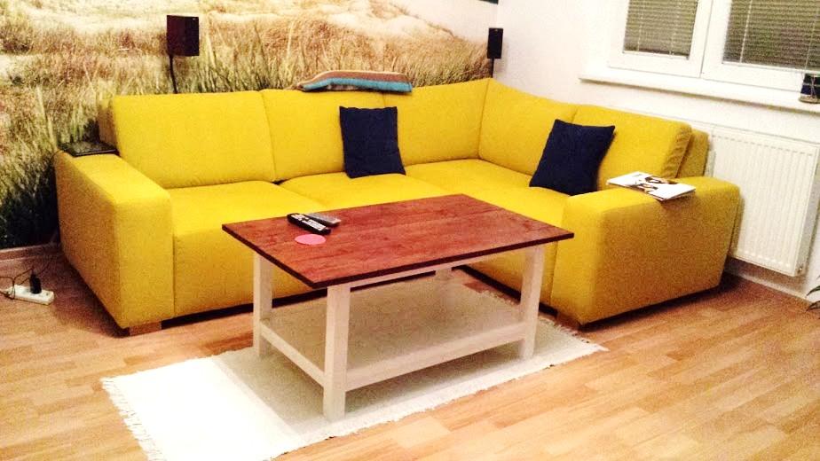 Obývačka bude - lážo plážo relax :-) - zatial len mobilom foto a za umeleho osvetlenia.... Stolik - konečne hotový :-) Vlastnoručne robila sestra s priateľom :-)