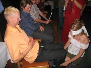 Nevěsta poznává ženicha s okurkou