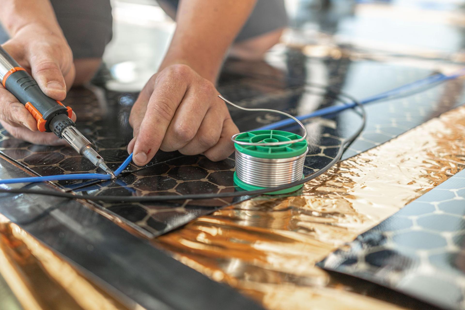 HEVOLTA - Inštalácia infračerveného podlahového kúrenia NanoCloth - Pripojenie káblov, izolácia a inštalácia podlahového senzoru