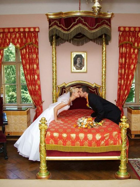 Evka{{_AND_}}Robino - ...a posteľ je tvrdá