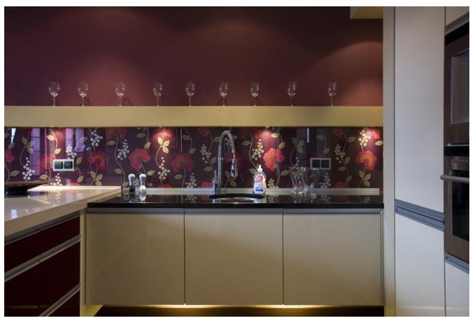 Inšpiracia, postup tapeta za sklom v kuchyni - vsimnite si rozne povchy,  farbu pracovnej  dosky :)