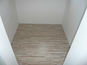 podlaha v šatníku položená