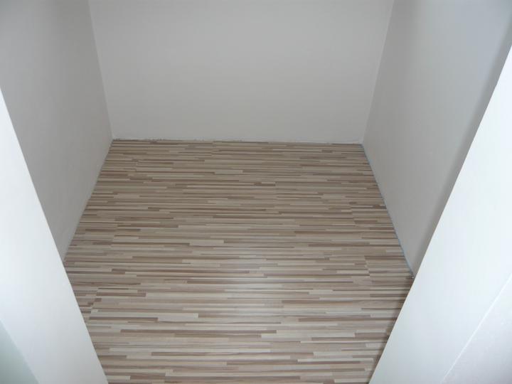 Náš domček2 - podlaha v šatníku položená