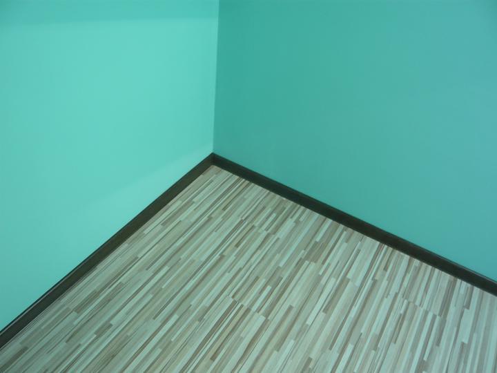 Náš domček2 - detail na lišty s podlahou. vyzerá to lepšie ako som čakala.