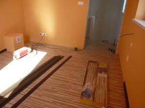 podlaha v spálni ešte aj so zbytkovým bordelom