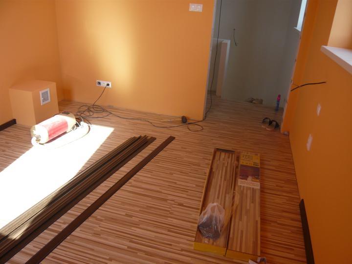 Náš domček2 - podlaha v spálni ešte aj so zbytkovým bordelom