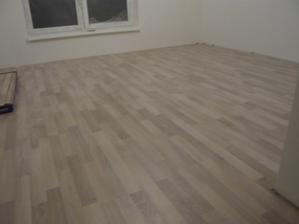 položená podlaha v izbe na prízemí