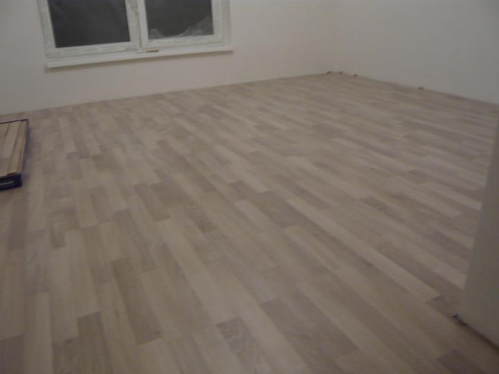 Náš domček2 - položená podlaha v izbe na prízemí