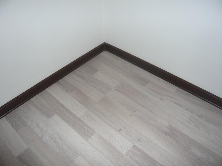 Náš domček2 - v izbe na prízemí už aj lišty osadené