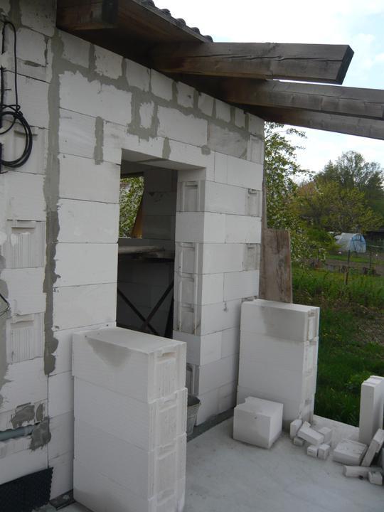 Náš domček2 - už len dorobiť strechu na terase aby bolo kde piť kávičku :-)