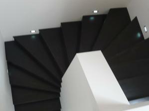 ešte pribudnú lišty po bokoch schodiska....