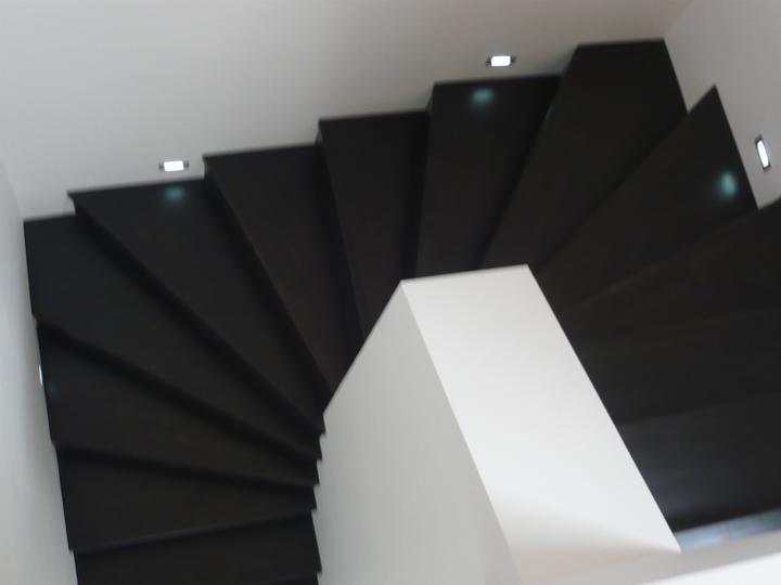 Náš domček2 - ešte pribudnú lišty po bokoch schodiska....