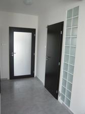 máme už aj dvere. toto je pohľad z obyvačky na dvere do zádveria a kupelne.