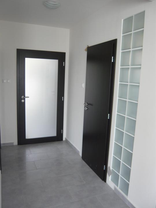 Náš domček2 - máme už aj dvere. toto je pohľad z obyvačky na dvere do zádveria a kupelne.