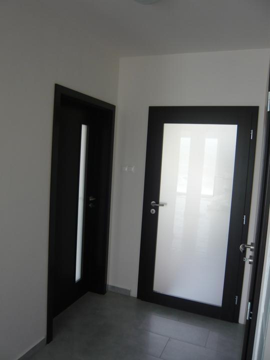 Náš domček2 - pohľad od schodov na dvere do zádveria a do izby na prízemí