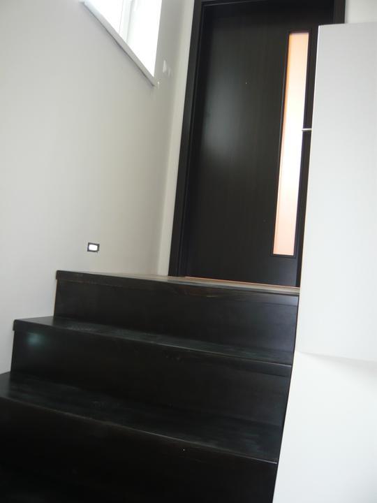 Náš domček2 - celkom sme sa s farbou trafili zladiť dvere a schody :-)