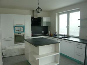 kuchyňa konečne na komplet, už len dať dolu fólie, umyť  a naplniť skrinky riadom :-)