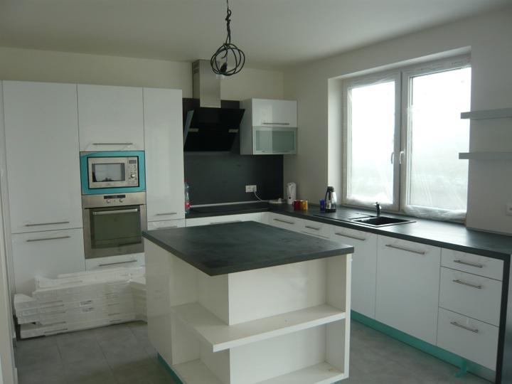 Náš domček2 - kuchyňa konečne na komplet, už len dať dolu fólie, umyť  a naplniť skrinky riadom :-)