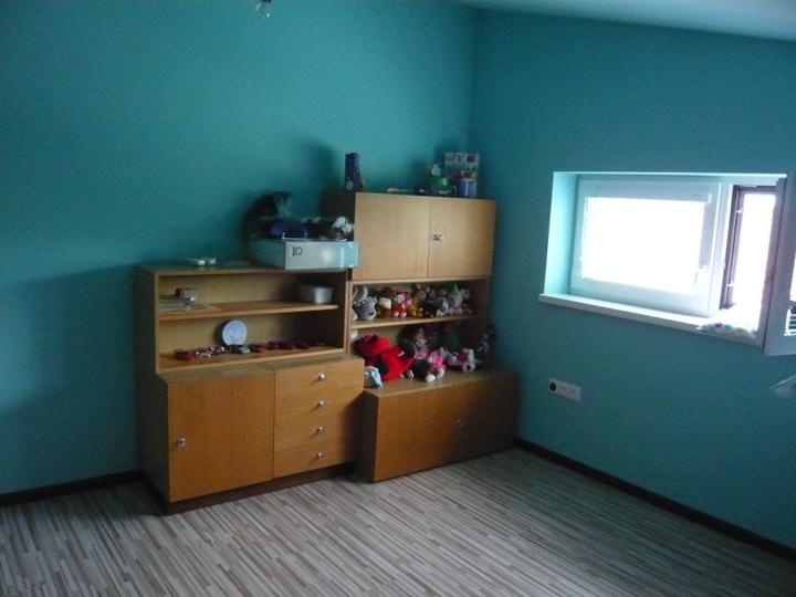 Náš domček2 - ... s provizórnym nábytkom, ale hlavne že je kde dávať hračky .-)