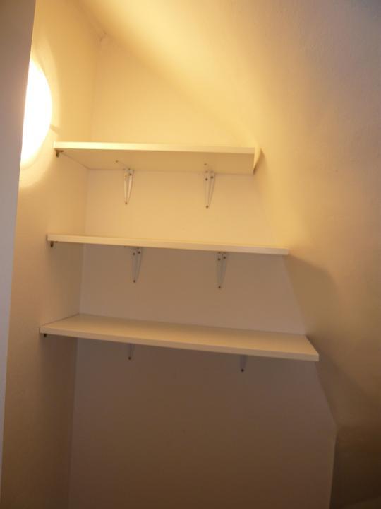 Náš domček2 - konečne sa montujú poličky v špajzi