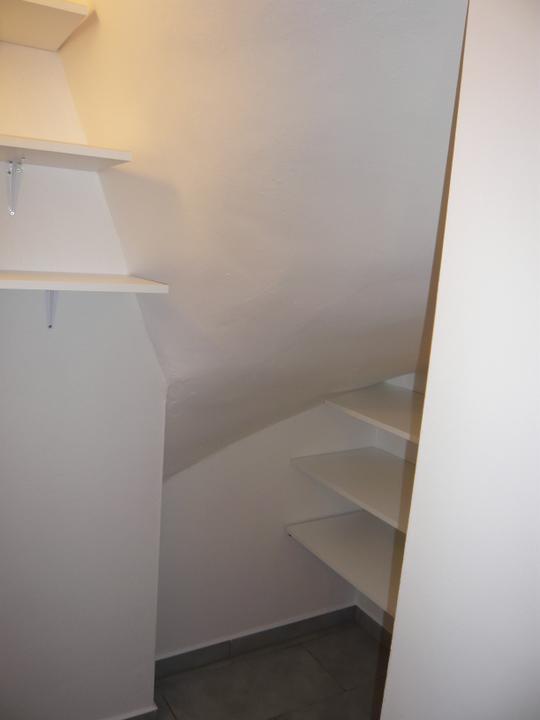 Náš domček2 - ešte pribudnú 3 poličky na stenu naľavo
