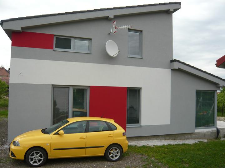 Náš domček2 - aj s našim žltým vozítkom - asi by sme ho mali vymeniť za červené aby ladilo :-)