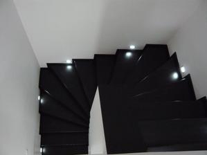 schody ešte bez zábradlia...
