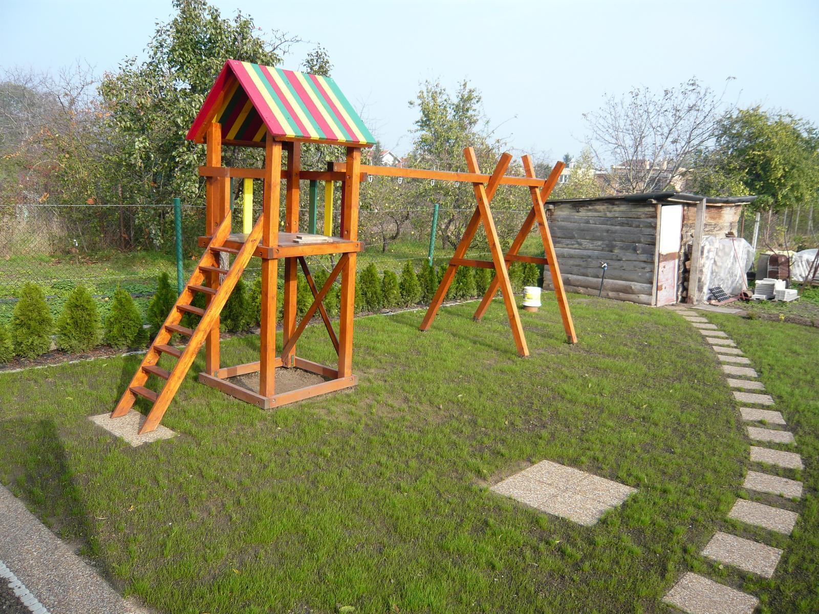 Náš domček2 - konečne sa nám zazelenala tráva....