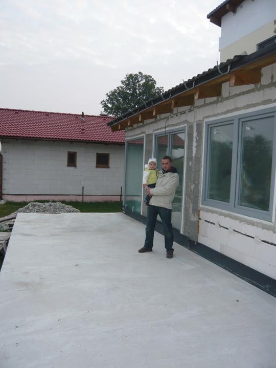 Náš domček - zabetónovaná terasa aj s mojimi staviteľmi :-)