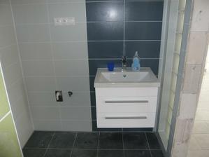 skrinka s umyvadlom v kúpelke na prízemí