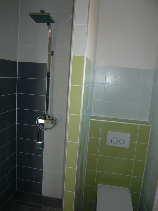 Náš domček2 - Už nám chýbajú iba dvere do sprchy. Len ešte stále nevieme vybrať či otváracie alebo posuvné? :-((