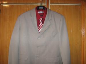 s oblekem a kravatou (kravata bude jiná)