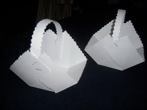 první pokus o košíčky, jen jsou z obyč papíru, ale až se dozdobí... :-)