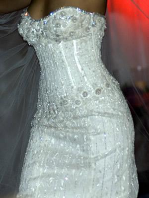 """To co mi """"brnklo do nosa"""" :-) - Najdrahsie svadobne saty na svete - $12 mil. Vysivane so 150 karatmi diamantov."""