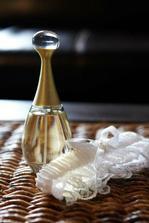 Podväzok a parfém prichystané...