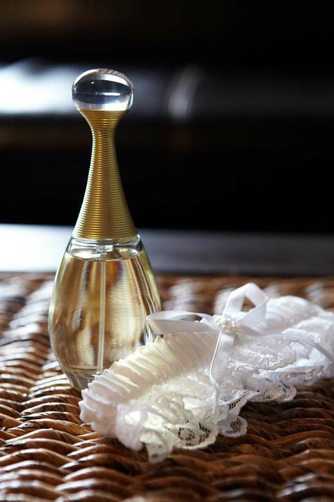 Prípravy - Podväzok a parfém prichystané...