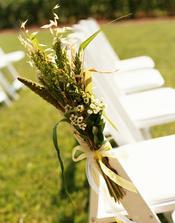 židle bílé bez přehozů a takto ozdobit kytičkami z levandule, brutnáku, mateřídoušky a semikrásek!