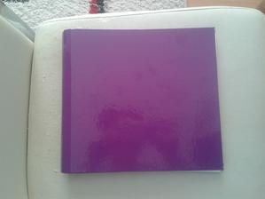 Marně jsem několik měsíců sháněla něco fialového čím by šel oblepit notes na svatební knihu...až....v Bauhausu :) Narazila jsem tam na poslední metr a čtvrt  samolepící tapety :)