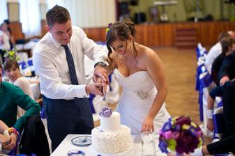 Krájení dortu, na oko byl krásný, ale chuťově zklamal :( Úplně jiný než na ochutnávce :(